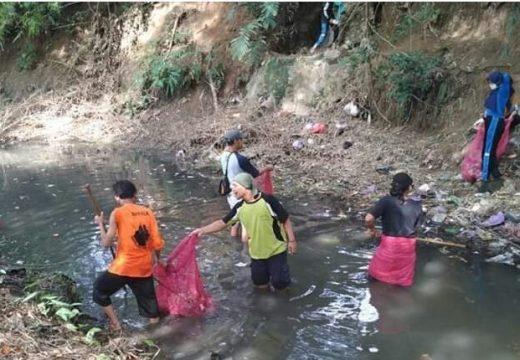 Cegah Banjir, Warga Pamotan Ramai-ramai Bersih Sungai