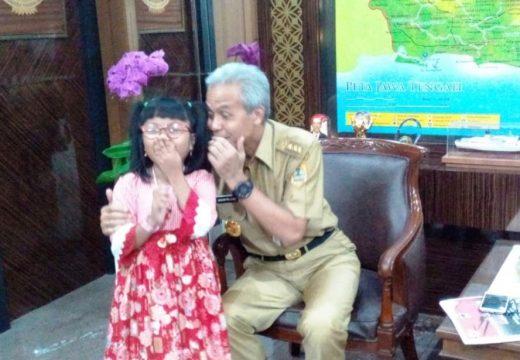 Penyanyi Cilik Tunanetra Asal Rembang dapat Biola dari Gubernur