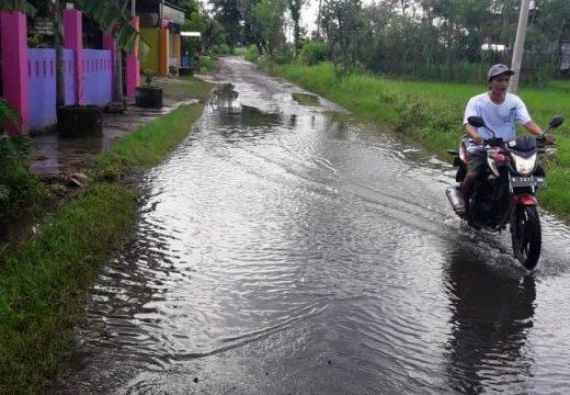 Warga Protes Jalan di Desa Grawan Sering Tergenang Air