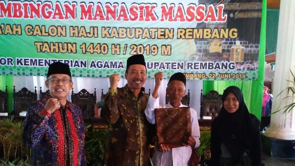 Bupati Rembang Abdul Hafidz (dua dari kiri) memberikan bingkisan kepada calon haji berusia paling tua dan paling muda yang akan berangkat pada tahun 2019 berasal dari Kabupaten Rembang pada saat Pembukaan Manasik Haji, 22 Juni 2019. (Foto: mataairradio.com)