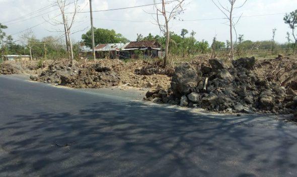Pengendara Keluhkan Tumpukan Material di Jalur Clangapan-Pamotan