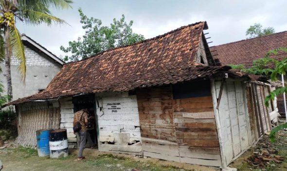Pramuka Rembang Bantu Bedah Rumah Warga Sulang