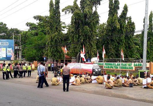 Puluhan Perangkat Desa di Rembang Protes dan Datangi Kantor Dewan