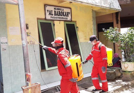 Minimalisir Kepanikan Masyarakat, Pasar Rembang Disemprot Disinfektan