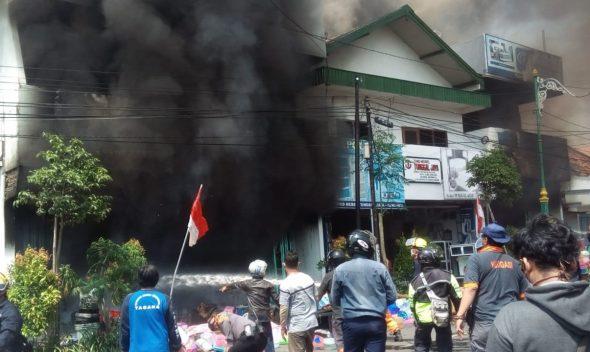 Kebakaran Hebat Ludeskan Tiga Ruko di Jalan Kartini