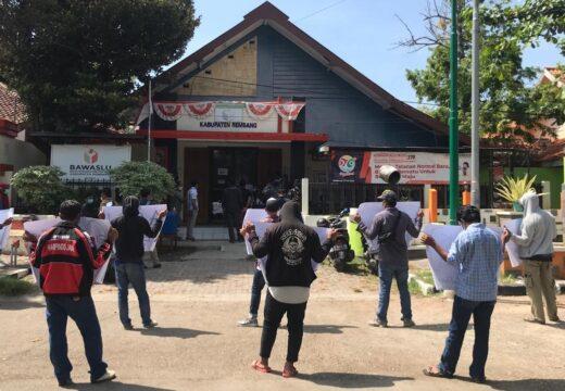 Segerombol Orang Menggeruduk Kantor Bawaslu Tanyakan Netralitas