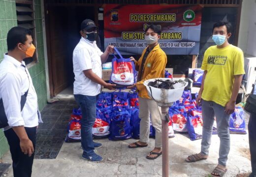 Mahasiswa di Rembang Bersama Polres Salurkan Sembako untuk Warga Terdampak PPKM Darurat