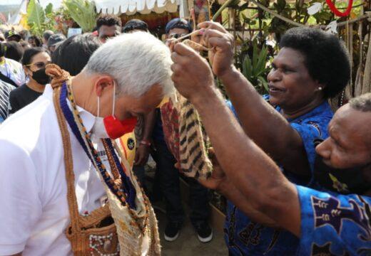 Gubernur Jateng Diganjar Noken Mama-mama Papua