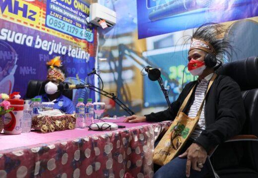 Di Papua Ganjar Sempatkan Siaran Radio dengan Bupati Jayapura