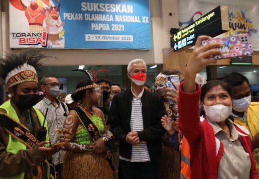 Pilih Turun di Kedatangan Umum Bandara, Ganjar Diserbu Warga di Papua