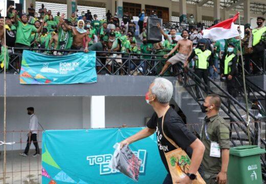 Saksikan Laga Sepak Bola Jateng Vs Jatim, Gubernur Ganjar Bagikan Kaos Jateng Gayeng