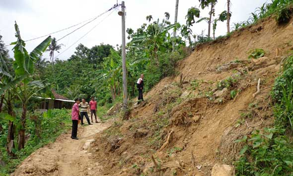 Tebing Longsor, 16 Keluarga di Tengger Terancam
