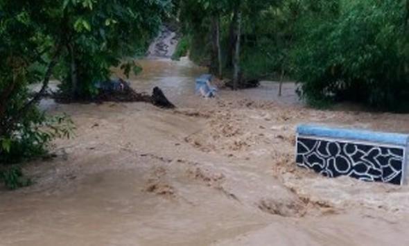 Arus Banjir Rusak Dua Jembatan di Logede