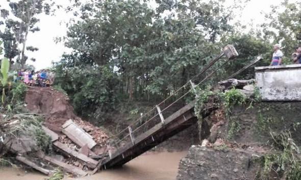 Jembatan Tegalgeneng Ambruk Diterjang Banjir Semalam