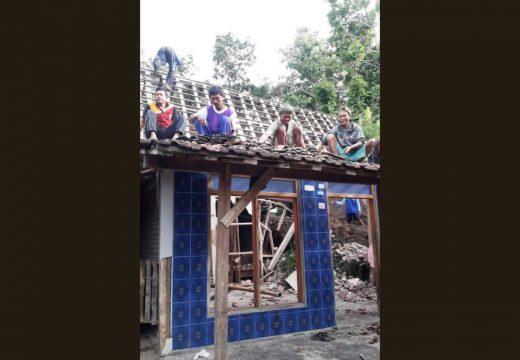 Sebuah Rumah Rusak Akibat Longsor Di Banyuurip