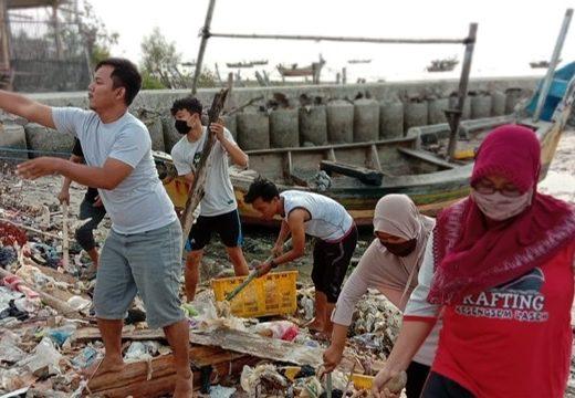 Pemuda Bonang Ramai-ramai Bersihkan Pantai dari Sampah