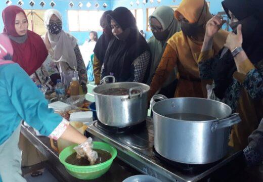 Ibu-ibu Jolotundo Dilatihan Produksi Minuman Jamu Tradisional