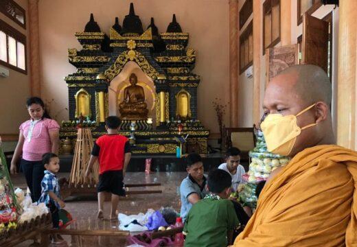 """Umat Buddha di Rembang Bikin """"Gunungan"""" Untuk Persiapan Sambut Waisak"""