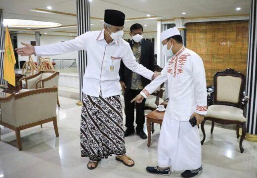 Ustaz Das'ad Kepincut Sarung Batik yang Dipakai Ganjar